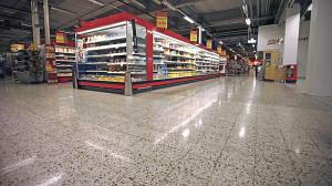 mokra podloga supermarket